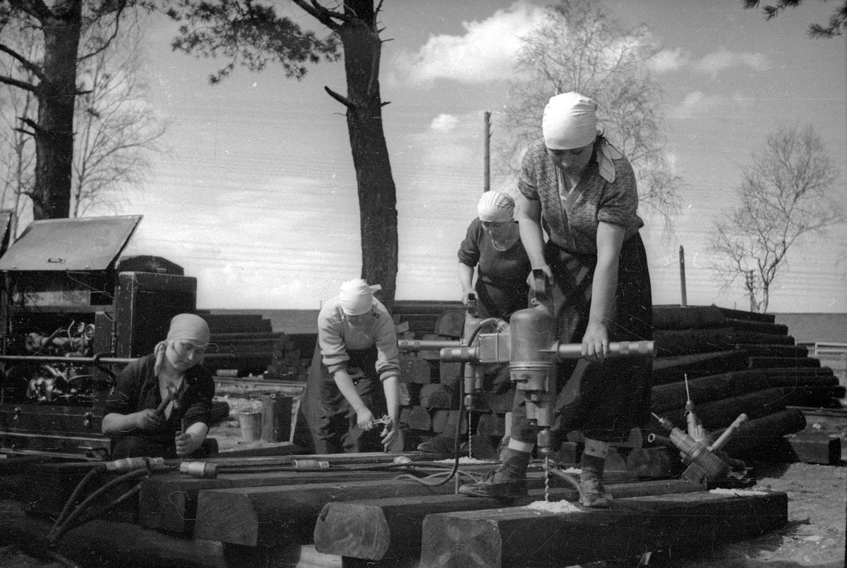 1930-е. Строительство железной дороги в районе Вязьмы. Сверловка шпал