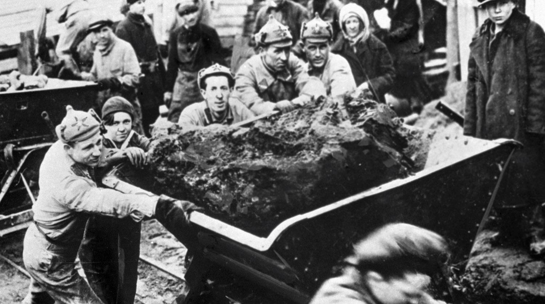 1918. Красноармейцы и рабочие толкают вагонетки.