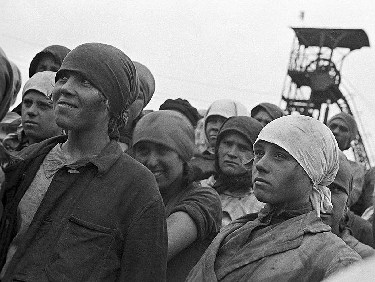 1930. «По призыву комсомола – на шахту!» Работницы на шахте «Горловка»