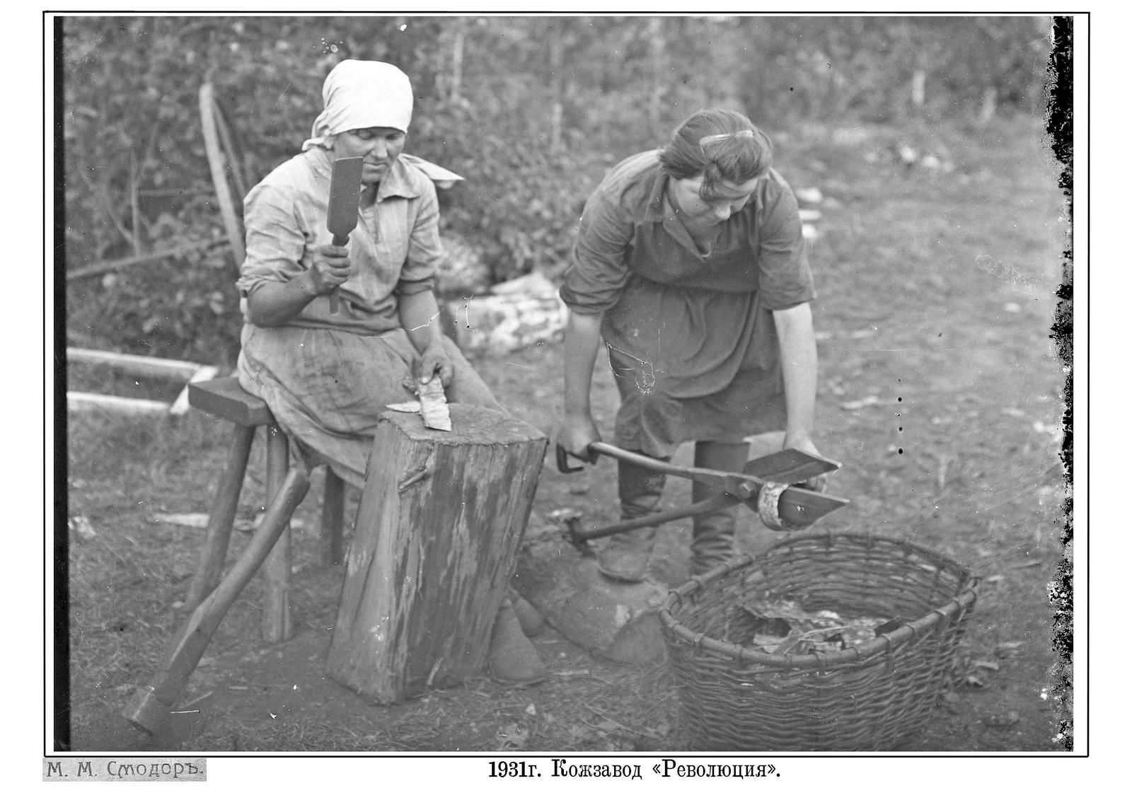 1931. Кожевенный завод Революция. Нарезка заготовок ручными ножницами