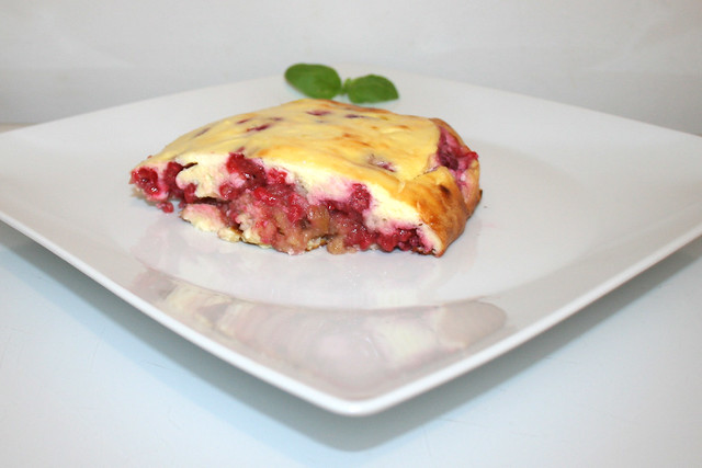 21 - Curd casserole with raspberries - Side view / Quark-Auflauf mit Himbeeren - Seitenansicht