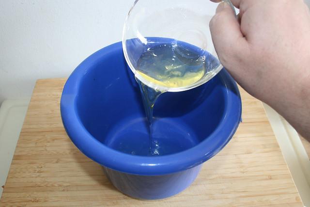 07 - Eiweiß in Schüssel geben / Put egg white in bowl