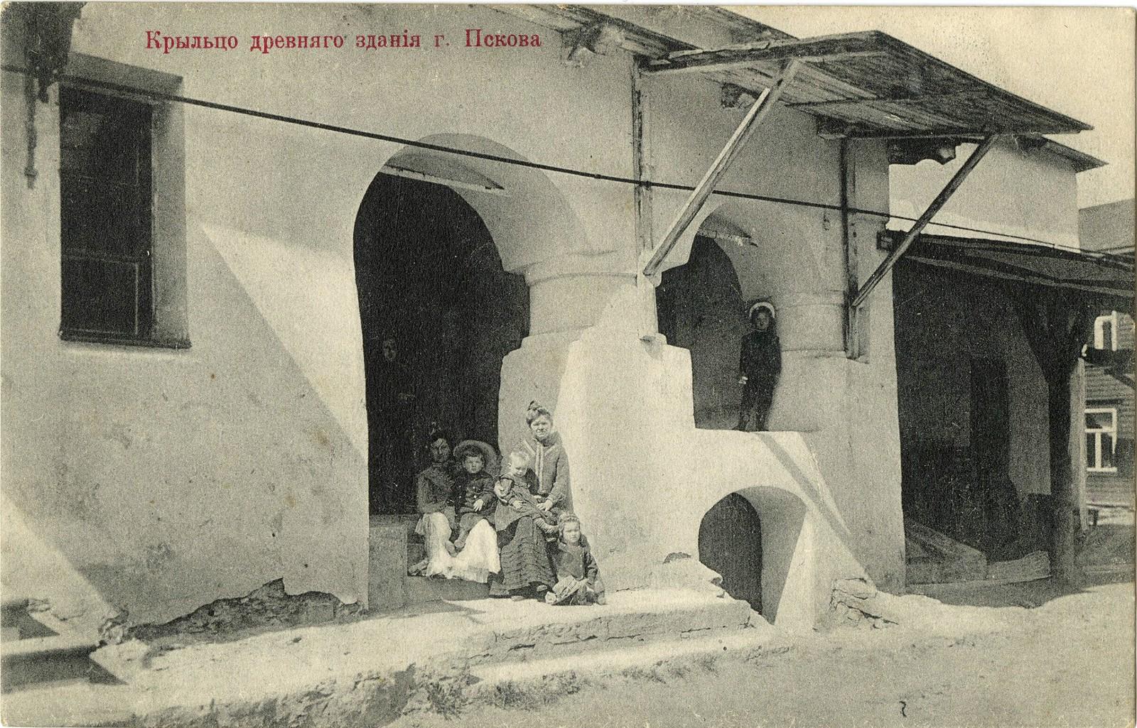 Крыльцо древнего здания