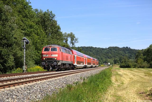 218 439-8 mit dem IRE von Stuttgart nach Lindau bei Mochenwangen am 21.08.13