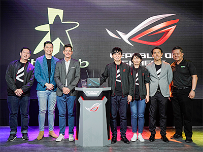 ROG Rapture GT-AC2900 ASUS x StarHub launch event. (From Left): Desmond Soh (ASUS Singapore Country Manager), Anthony Wang (StarHub Assistant Vice President of Marketing), Yann Courqueux (StarHub Vice President of Home Product), Karl Chu (ASUS General Manager, APAC), Linda Chen (ASUS Business Unit Senior Director), Richard Chen (ASUS Product Director, Networking, APAC), Simon Tan (Nvidia, Director of Consumer Business, APAC South).
