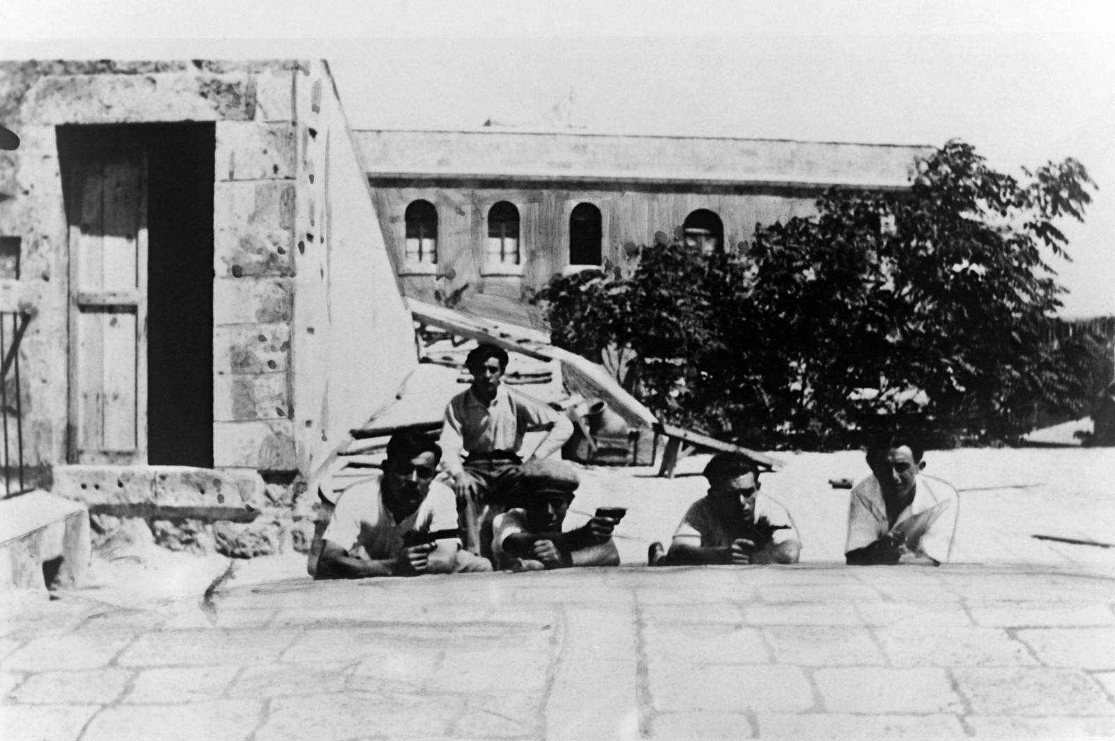 30. 23–31 августа. Иерусалим. Еврейские студенты защищают свою школу от арабских погромщиков