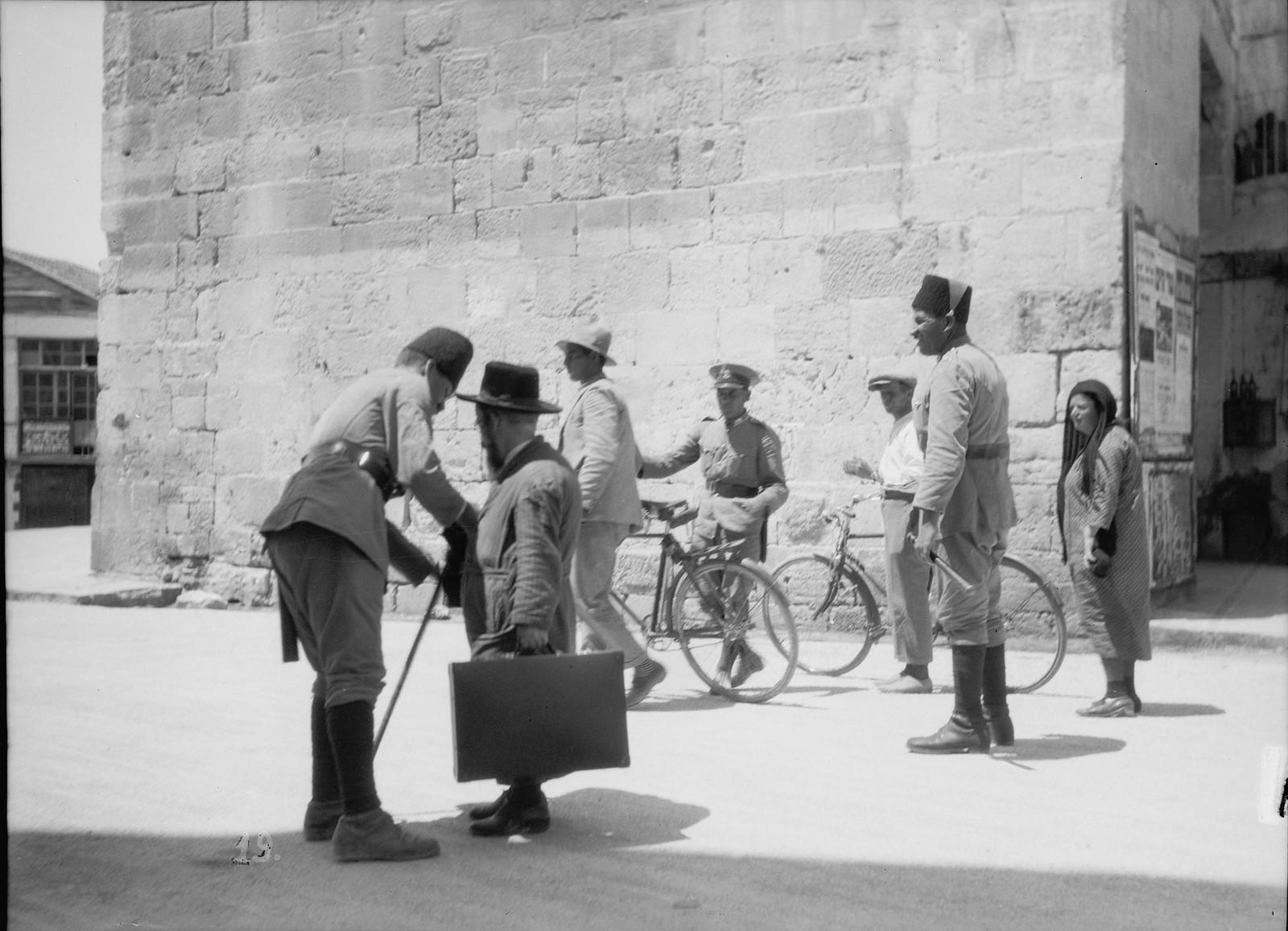 23. 23–31 августа. Британские солдаты ищут оружие у городских ворот. Арабв и евреев обыскивают у Яффских ворот