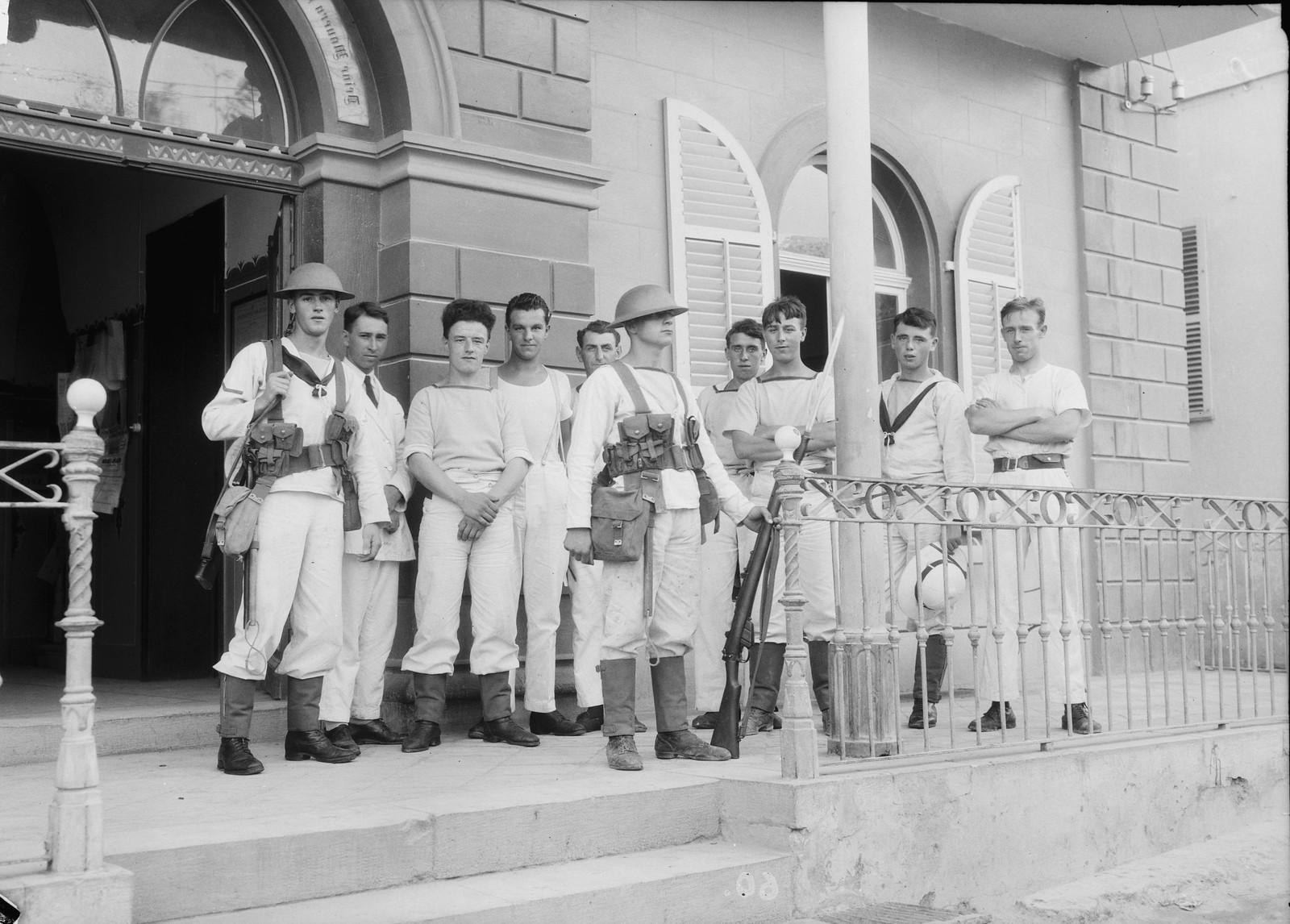 21. 23–31 августа. Британские морские пехотинцы в Яффо у входа в отель, где они были расквартированы