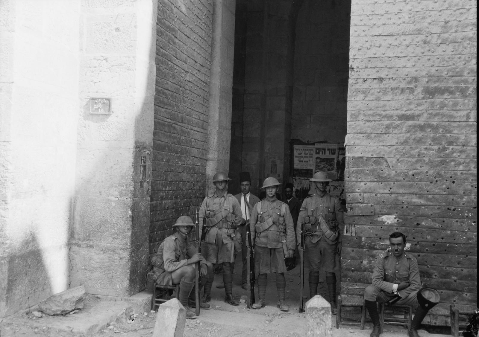 18. 23–31 августа. Британские войска у Дамасских ворот. Одни ворота открываются, другие блокируются охранниками