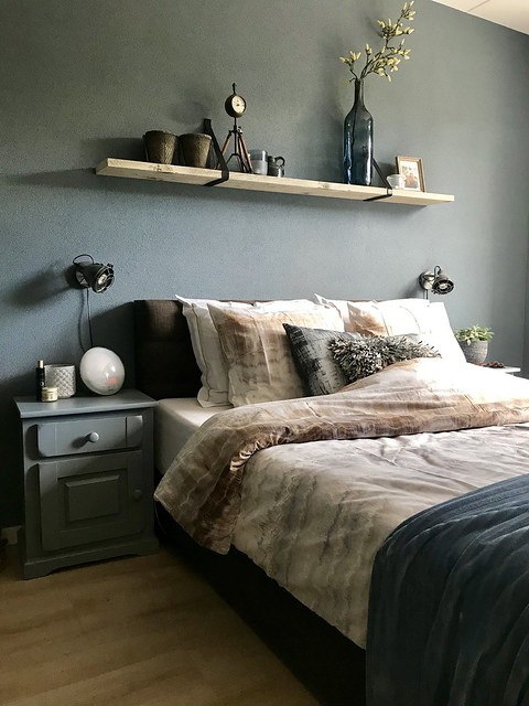 Groene muur slaapkamer plank boven bed