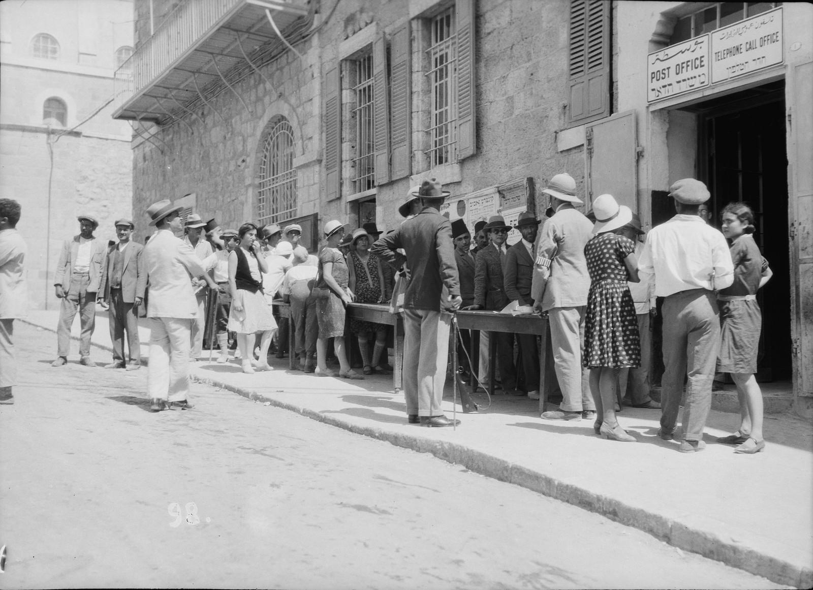 15. 23–31 августа. Иерусалим. Очередь евреев в почтовое отделение
