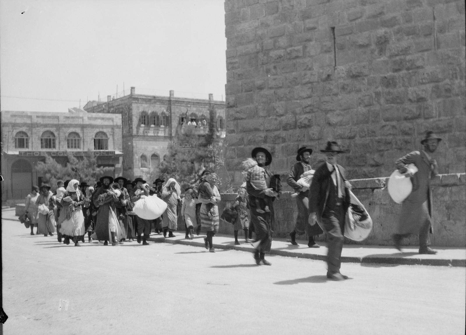 13. 23–31 августа. Еврейские семьи бегут из Старого города с сумкой и багажом у Яффских ворот в Иерусалиме