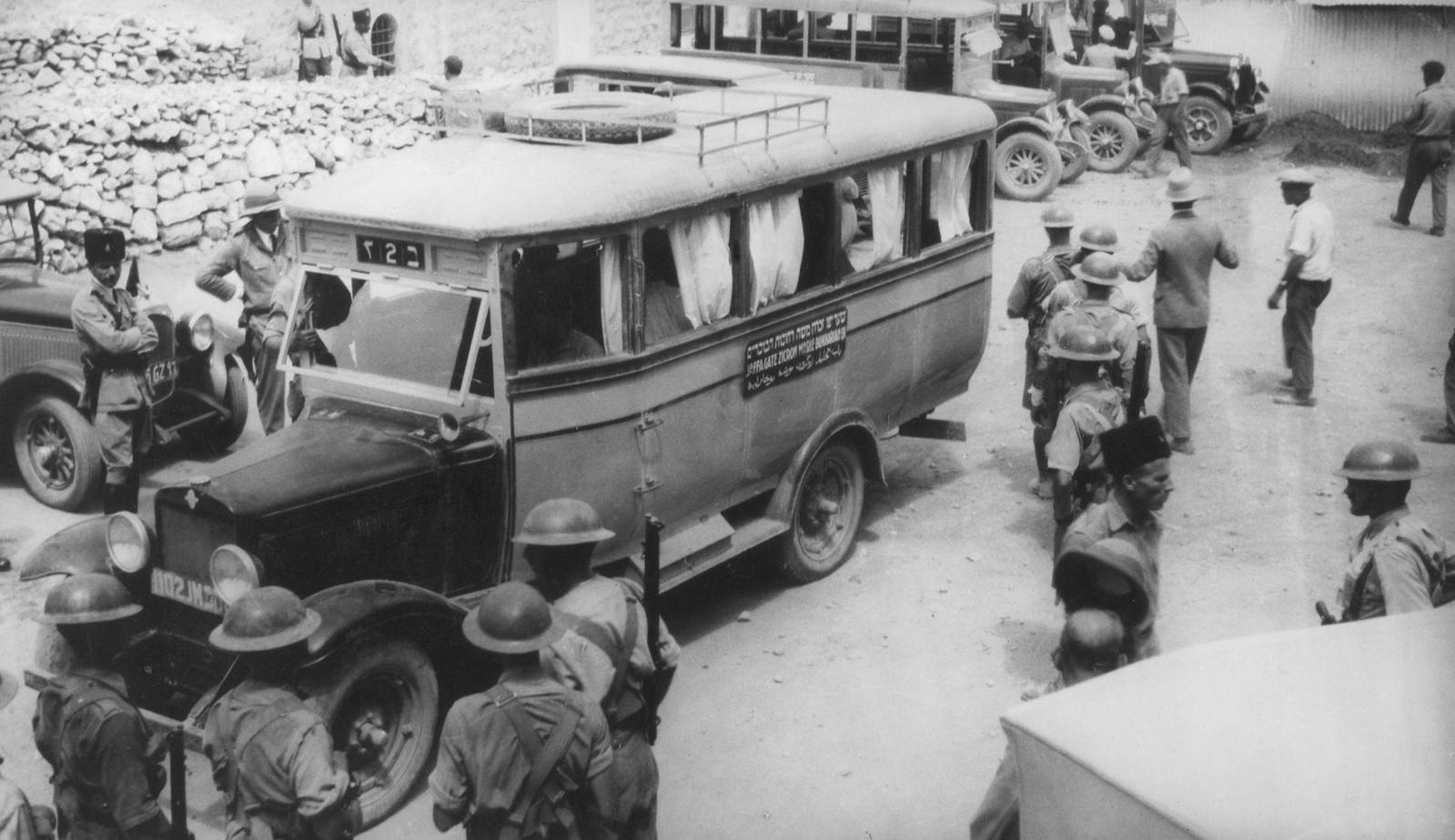 09. 23–31 августа. Хеврон. Машина в сопровождении британских солдат прибыла, чтобы забрать остатки вещей из разграбленных еврейских домов