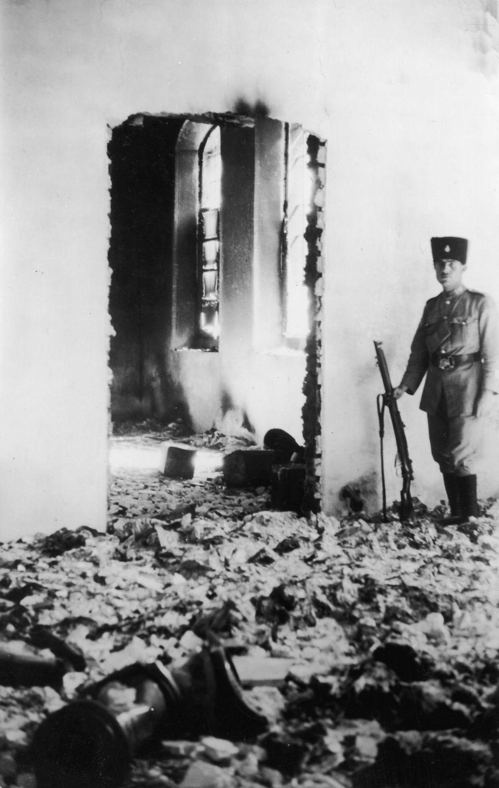 08. 23–31 августа. Хеврон. Солдат, стоящий на страже у руин еврейского госпиталя, после того, как его разграбили арабы