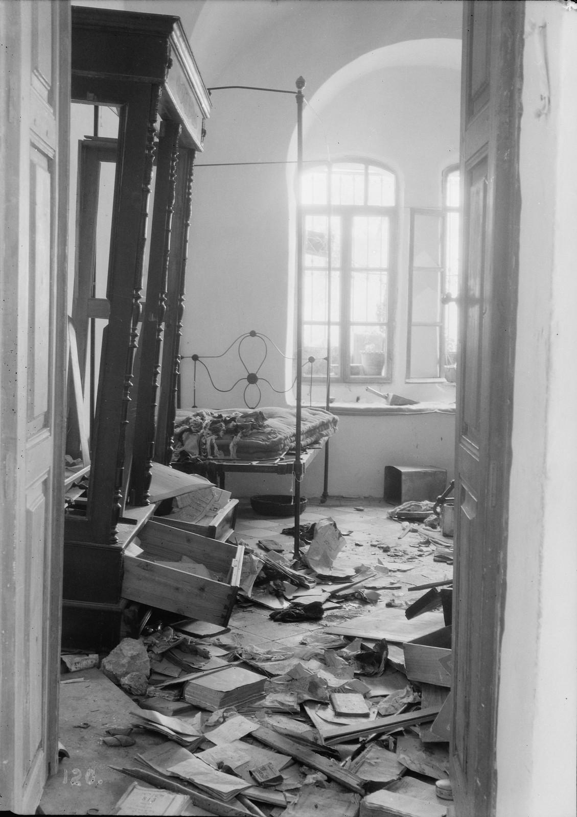 05. 23–31 августа. Хеврон. Еврейский дом, разгромленный арабскими погромщиками.  . Пол покрыт обломками