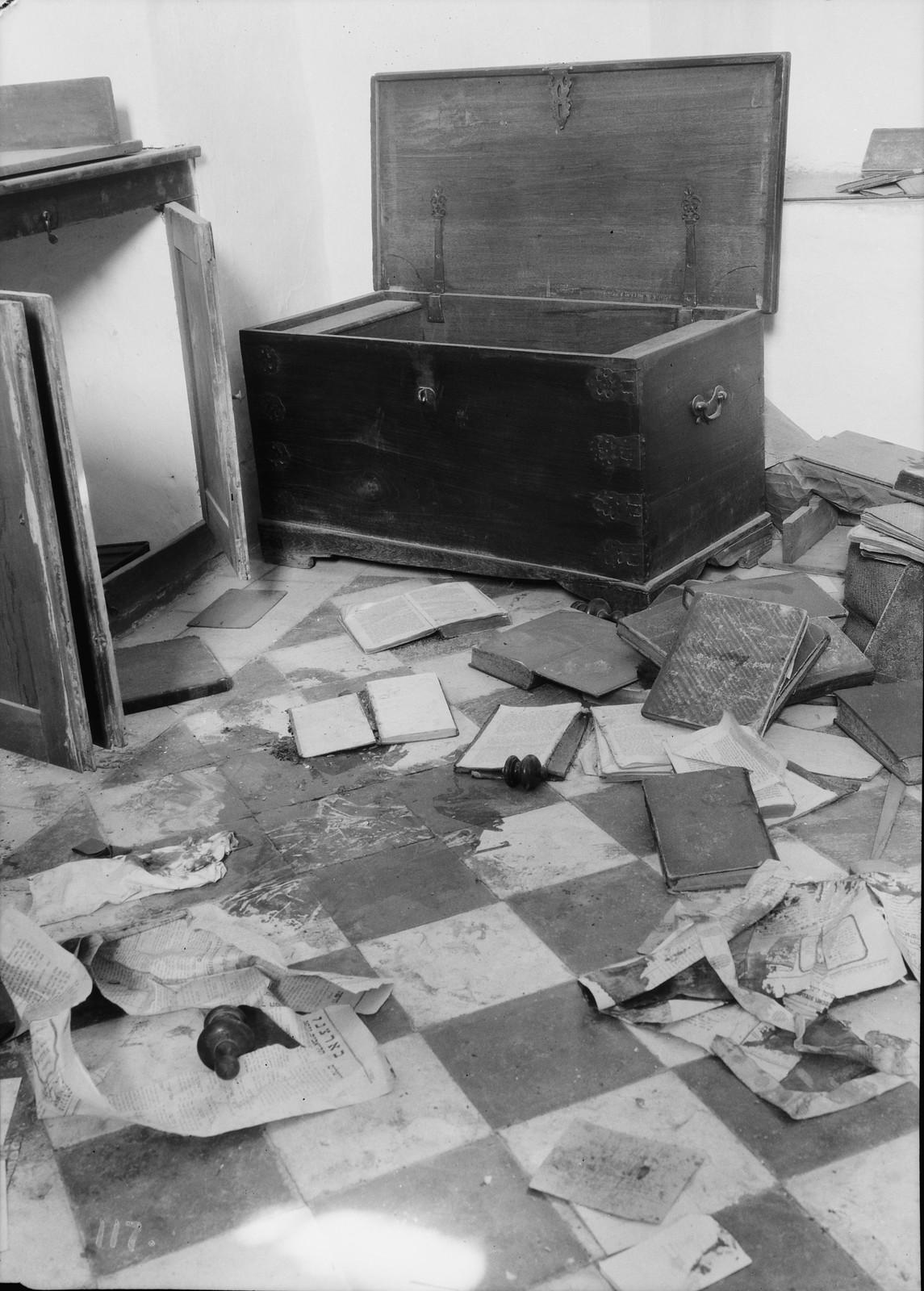 04. 23–31 августа. Хеврон. Еврейский дом, разгромленный арабскими погромщиками.  Окровавленный пол, заваленный книгами