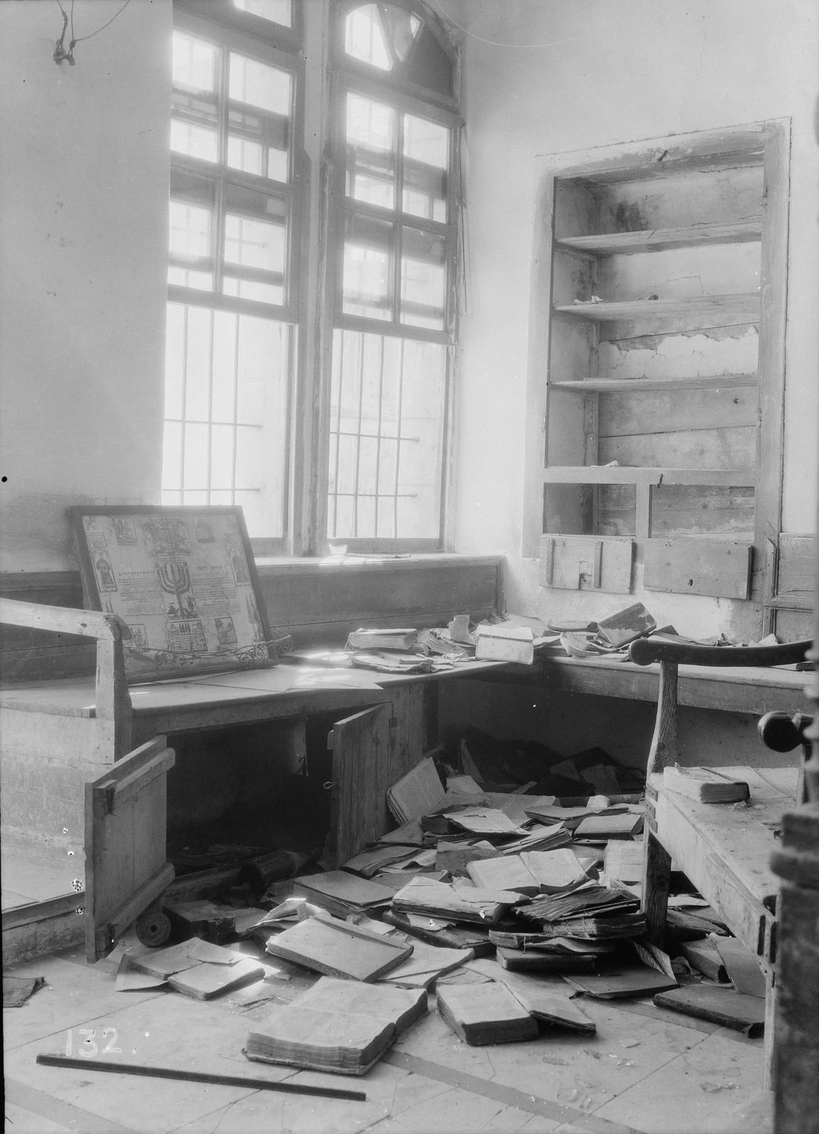 03. 23–31 августа. Хеврон. Синагога, оскверненная арабскими погромщиками. Священные книги разорваны и разбросаны по полу