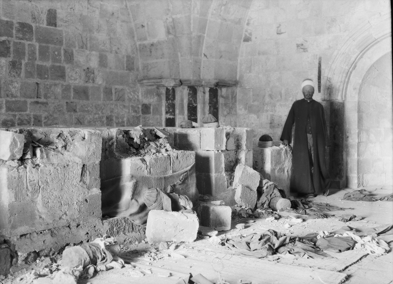 27. 23–31 августа.  Мечеть «Авкаши» возле еврейского квартала Иерусалима была осквернена евреями в рамках возмездия за Хевронскую резню