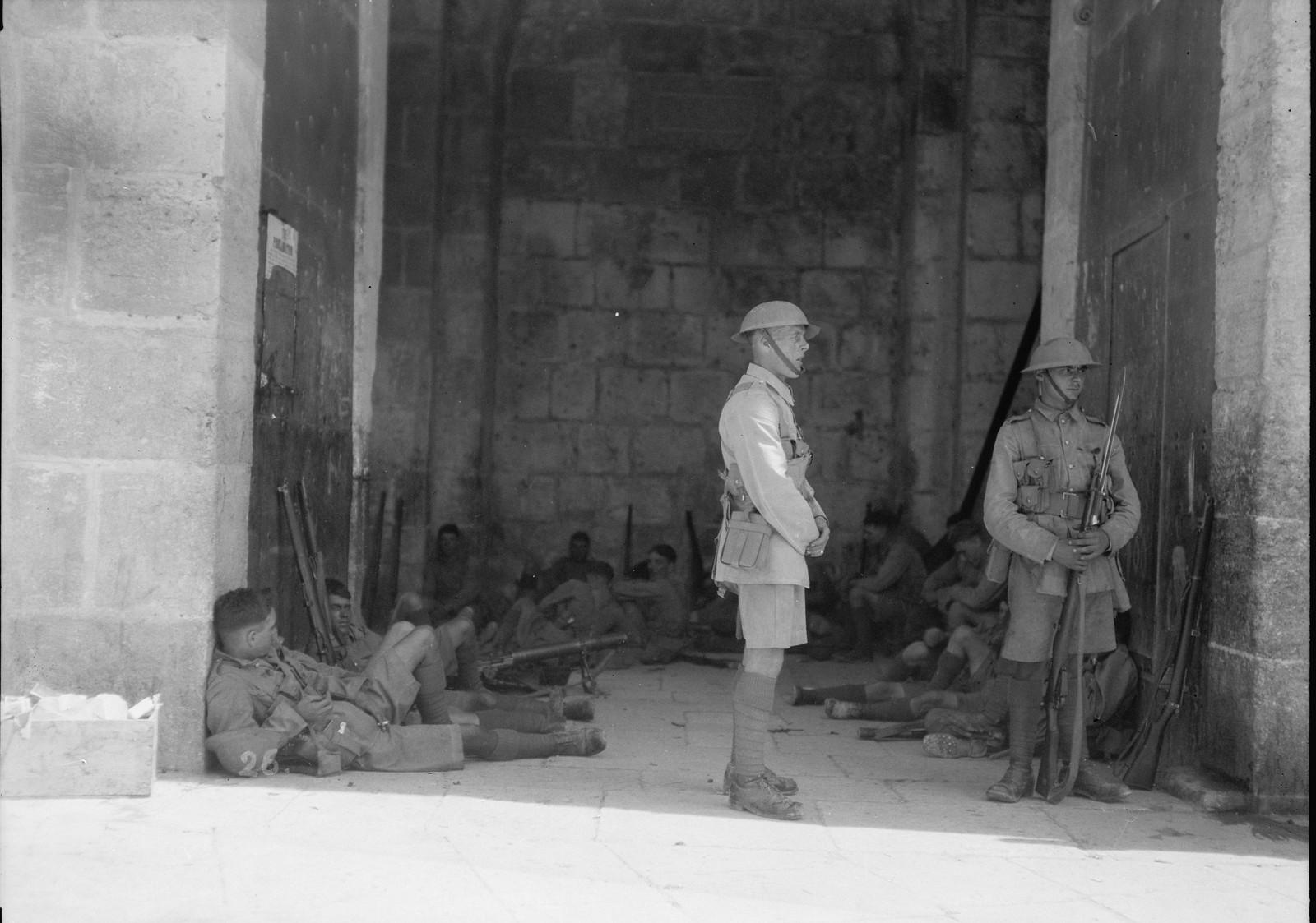 17. 23–31 августа. Британские войска дислоцировались у Дамасских ворот с полным боекомплектом, включая пулеметы