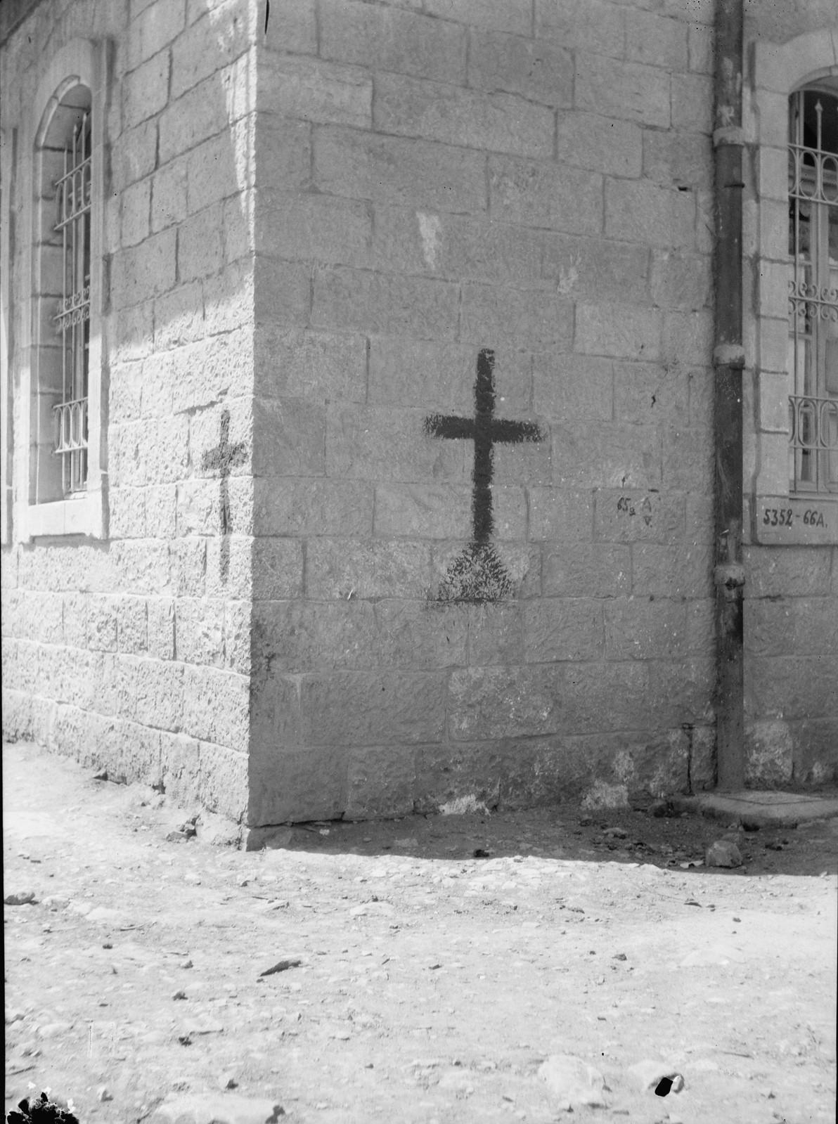 14. 23–31 августа. Иерусалим. Кресты на христианских домах. Отмечено, чтобы не быть ошибочно принятым за евреев