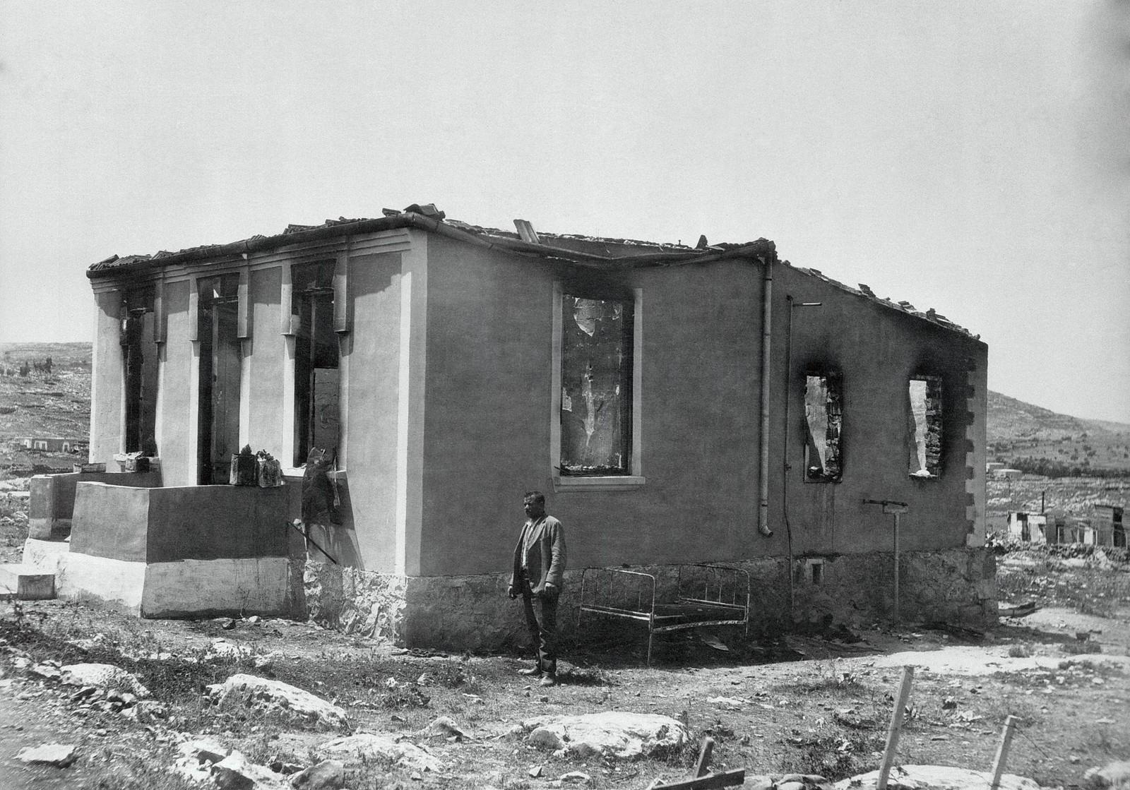 11. 23–31 августа. Иерусалим, Мекор хаим. Владелец полуразрушенного арабскими бандами дома  стоит и смотрит на обломки