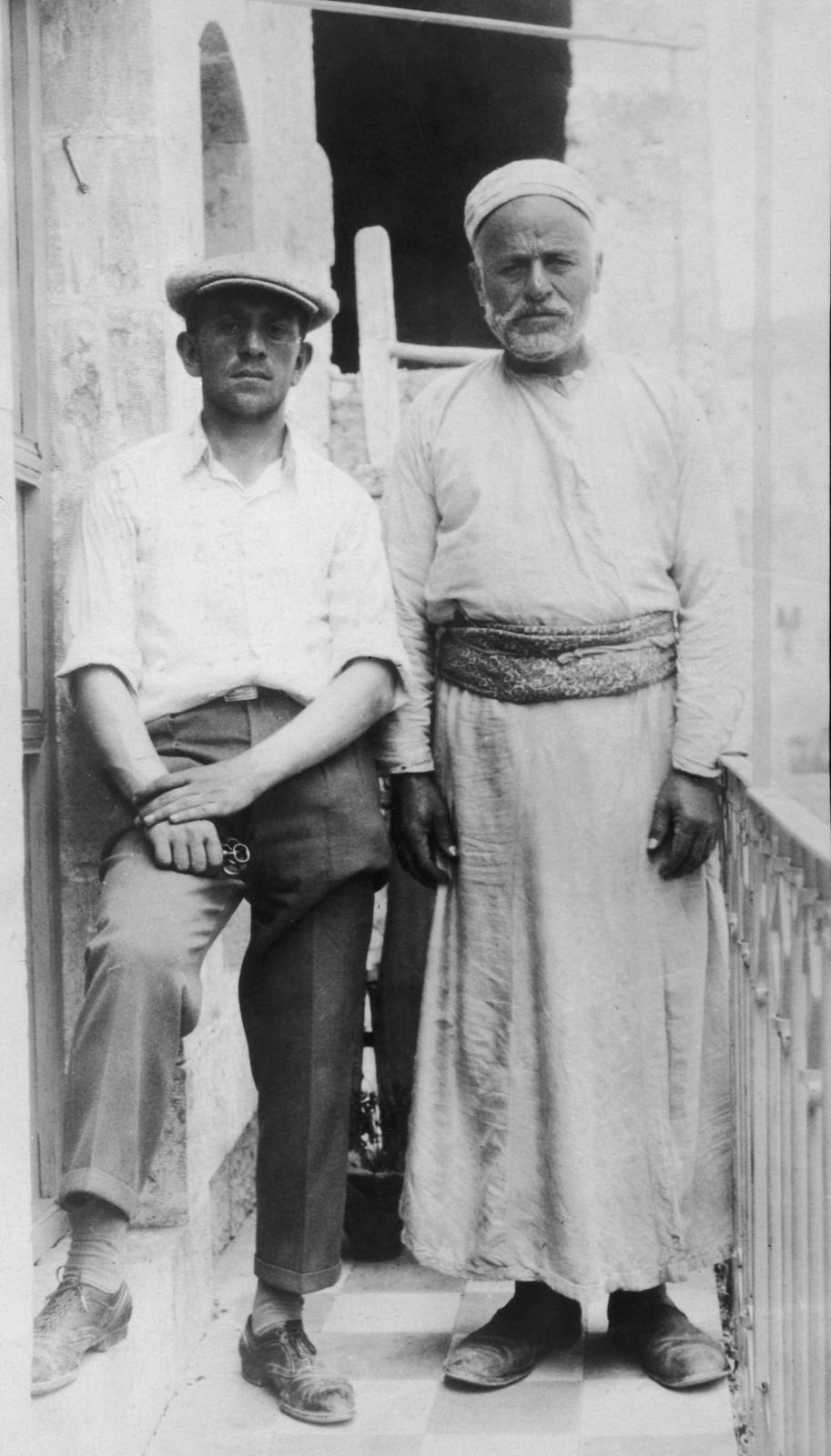 09. 23–31 августа. Хеврон. Араб с одним из 22 евреев, чьи жизни он спас, скрыв их в своем доме во время погрома