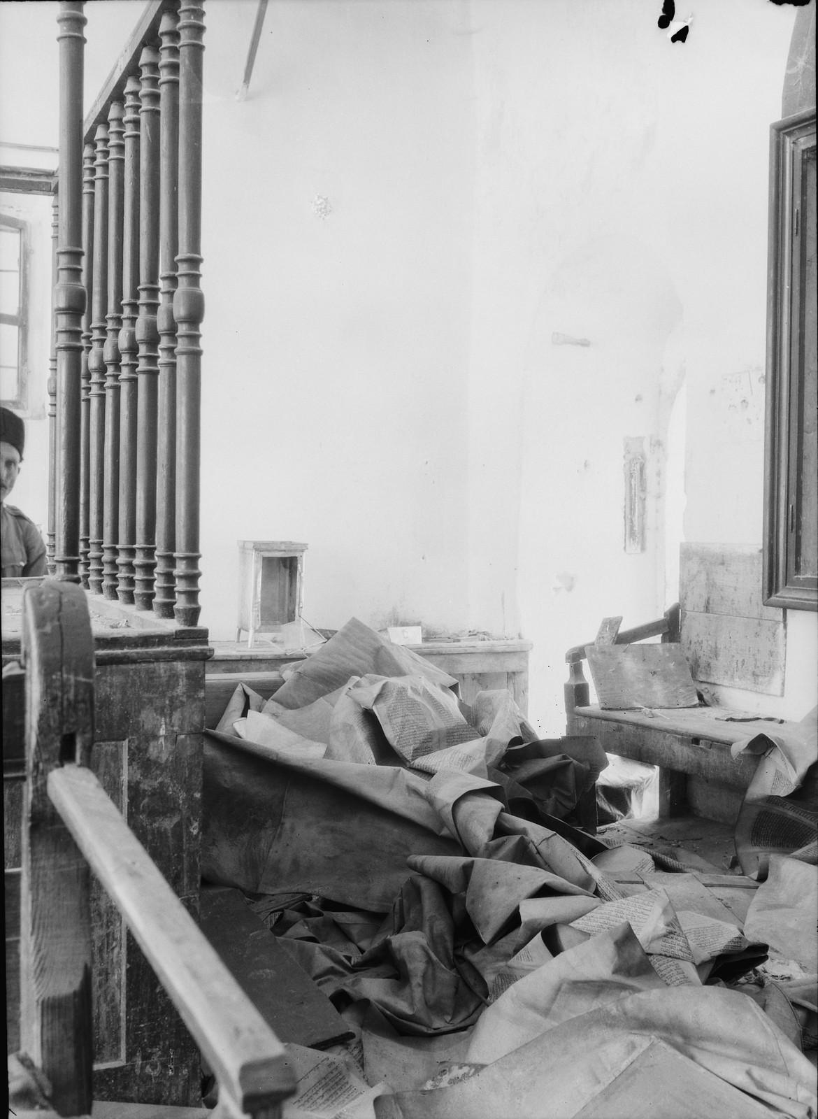 02. 23–31 августа. Хеврон. Синагога, оскверненная арабскими погромщиками.  Большой свиток Торы в беспорядочной куче на полу