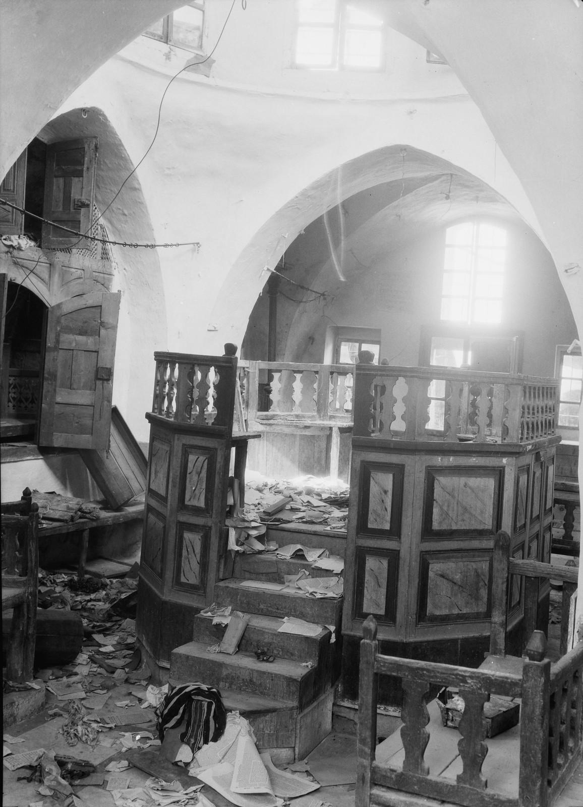 01. 23–31 августа. Хеврон. Синагога, оскверненная арабскими погромщиками. Мебель сломана, пол завален разорванными священными книгами