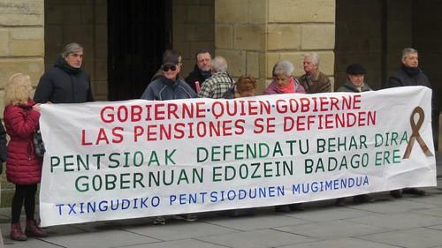 Concentración de pensionistas todos los lunes en la Plaza San Juan, Irun