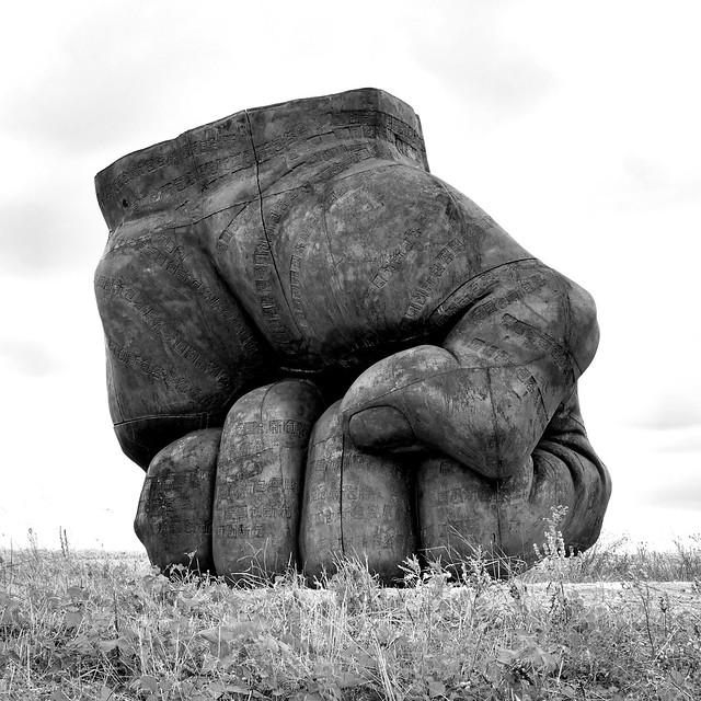 Vent des forêts .Iron Fist de Liu Bolin . Pièce en fonte de 3,50 m de haut et d'un poid de 10 tonnes .