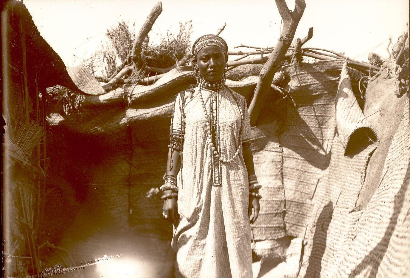 106. Джибути. Девушка Фатьма у хижины.
