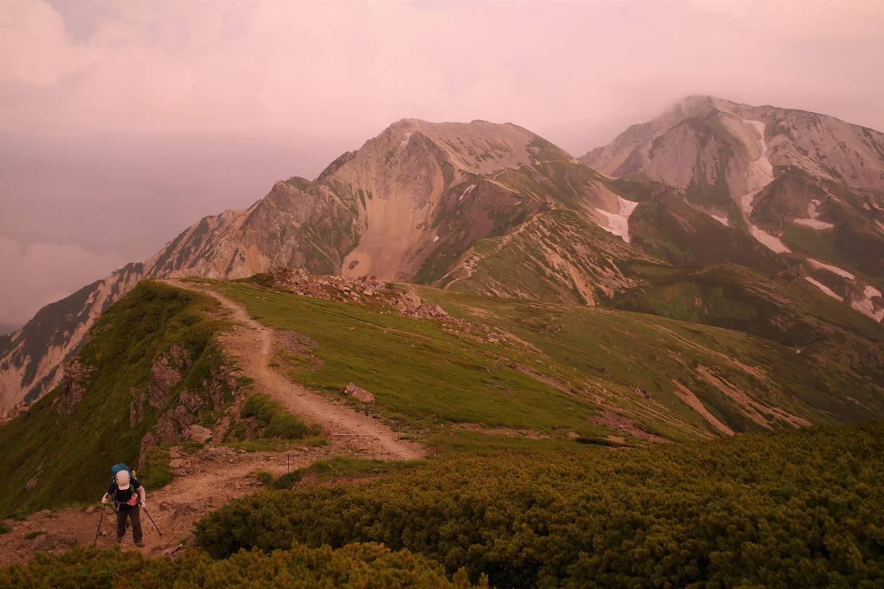 夕焼けに染まる杓子岳~鑓ヶ岳