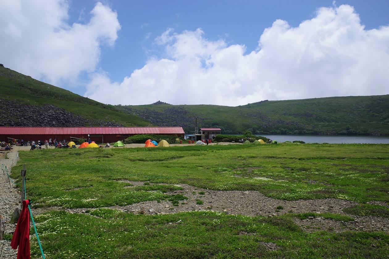 白馬大池山荘のテント場と乗鞍岳