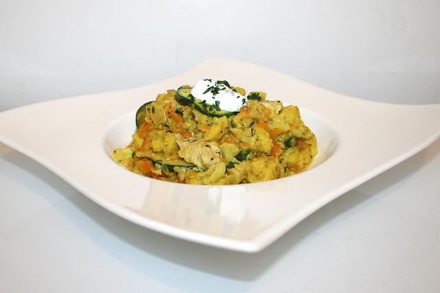 34 - Cauliflower letil fry with parsley yoghurt & turkey stripes - Side view / Blumenkohl-Linsen-Pfanne mit Petersilienjoghurt & Putenstreifen - Seitenansicht