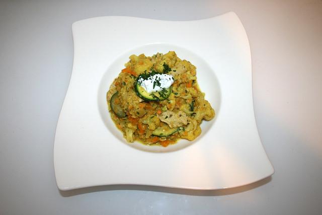33 - Cauliflower letil fry with parsley yoghurt & turkey stripes - Served / Blumenkohl-Linsen-Pfanne mit Petersilienjoghurt & Putenstreifen - Serviert