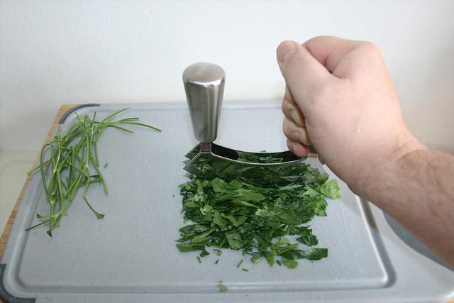 06 - Petersilie zerkleinern / Mince parsley