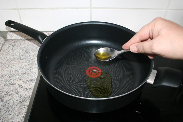 10 - Öl in Pfanne erhitzen / Heat up oil in pan