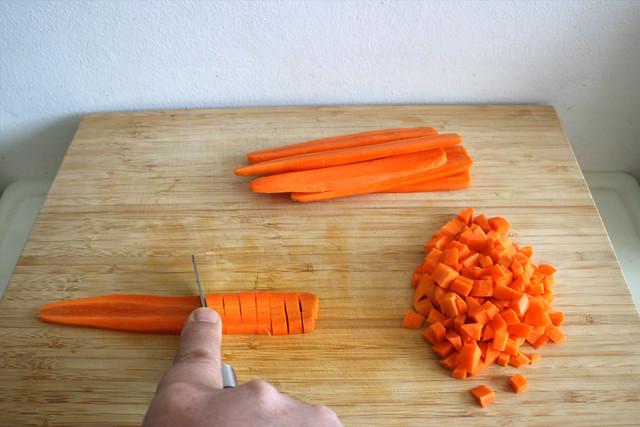 02 - Möhren würfeln / Hackle carrots