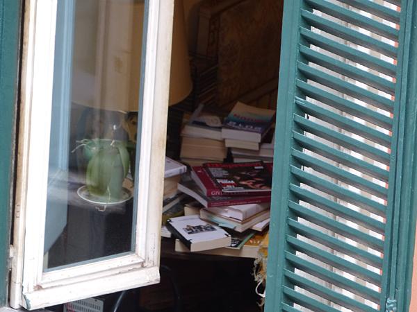 livres fenêtre voisin