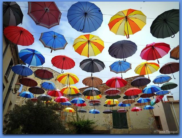 Ciel de parapluies au-dessus du village de Sainte-Marie