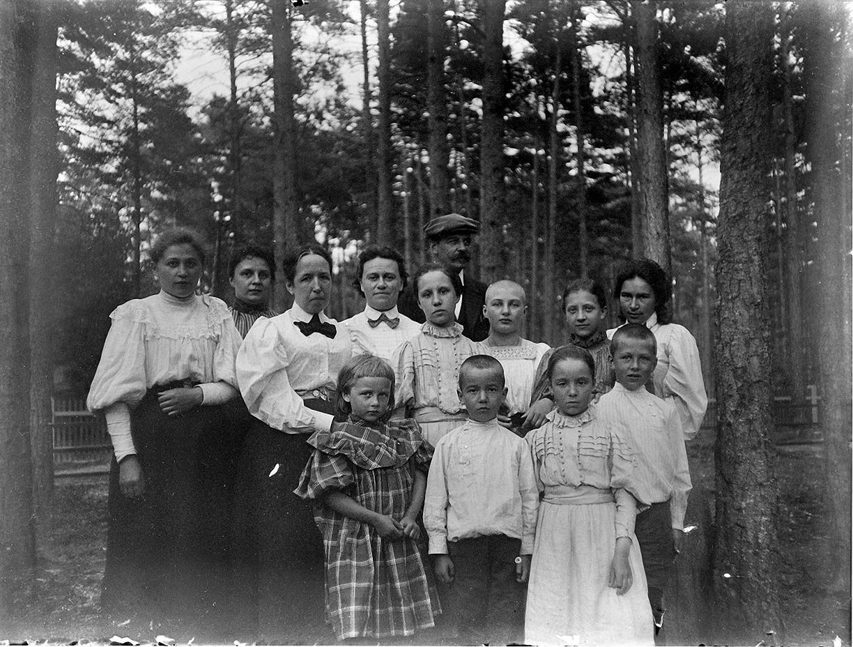 19. 1897. Роман Васильевич Живаго с супругой, детьми и неустановленными лицами