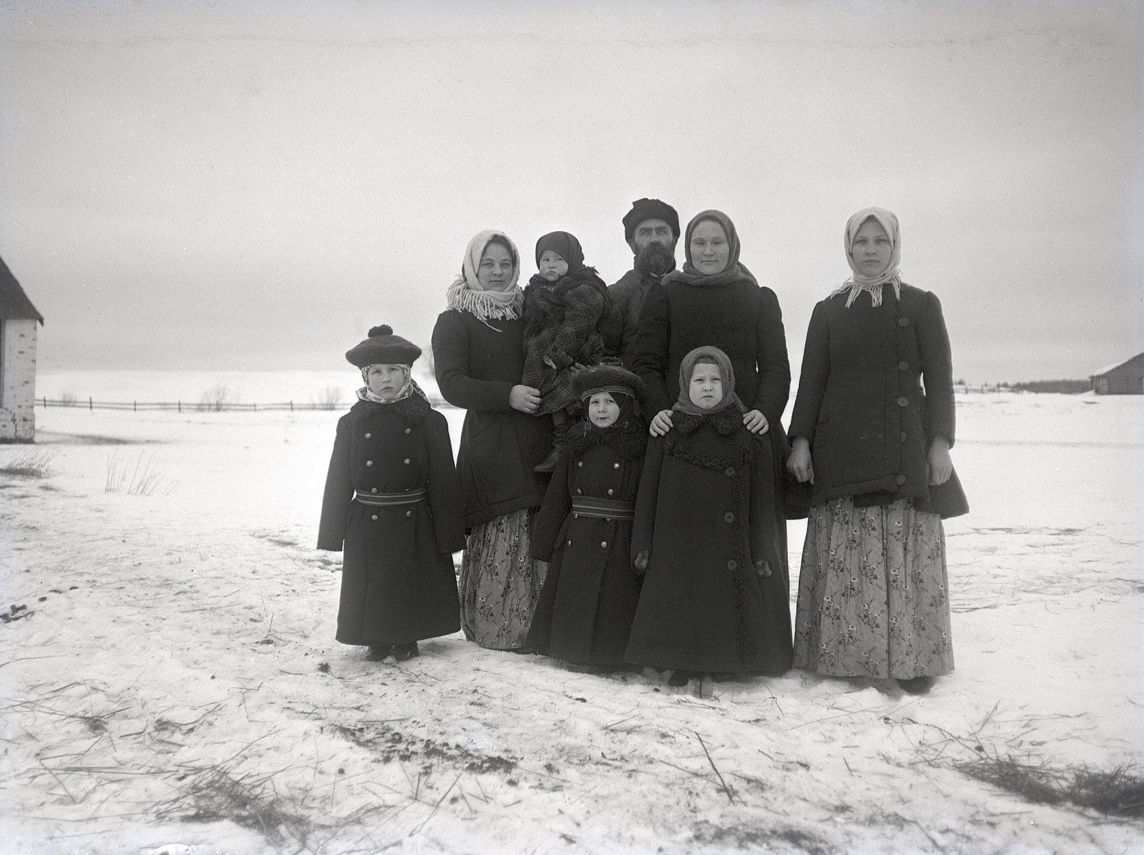 08.1897.  Семья с детьми