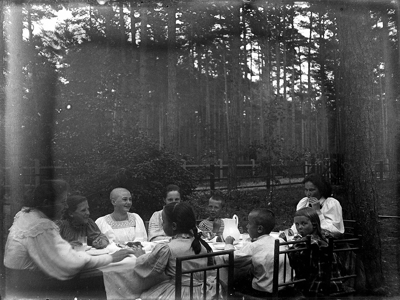 17. 1897. Рижское взморье. На даче. Две дамы и дети (Живаго и другие) за столом