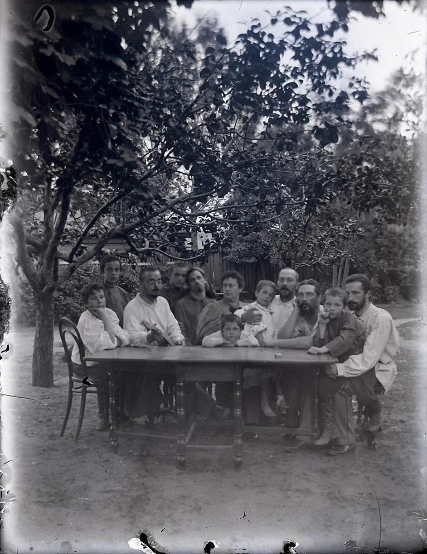 15. 1897. За столом. Третий справа – Александр Никифорович Дунаев, кузен Александра Живаго по матери