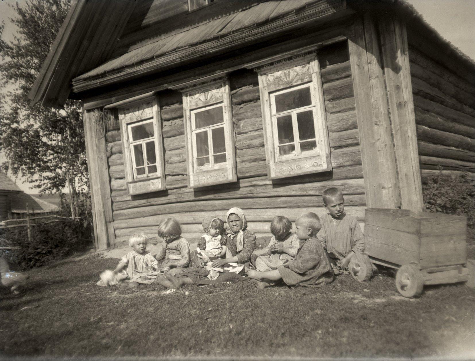 12. 1897. Деревенские дети перед избой