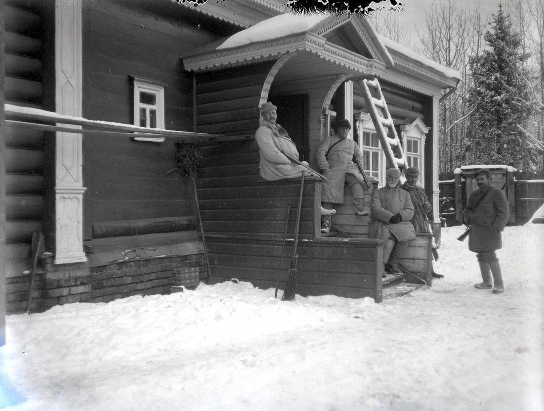 06. 1897. Охотники на крыльце дома