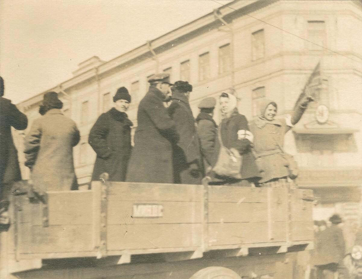20. Группа людей на грузовике