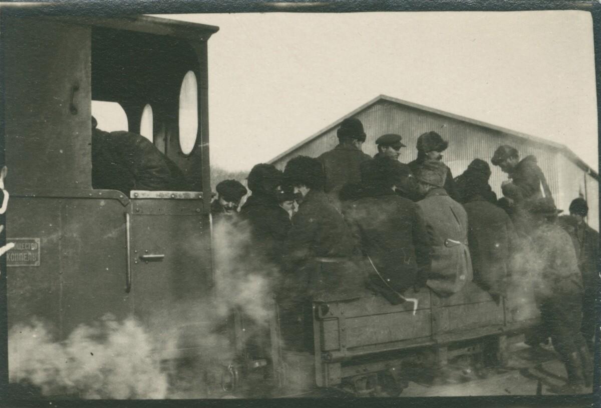 19. Группа людей на поезде