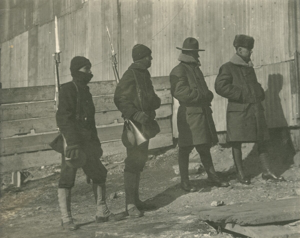 14. Роберт Эйчелбергер и трое мужчин в форме