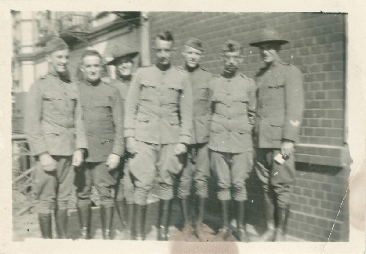 13. Роберт Эйчелбергер и группа мужчин в военной форме
